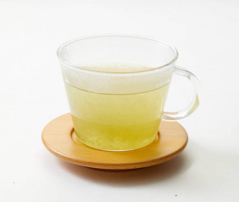 こんぶ茶が耐熱ガラスのカップに入っている