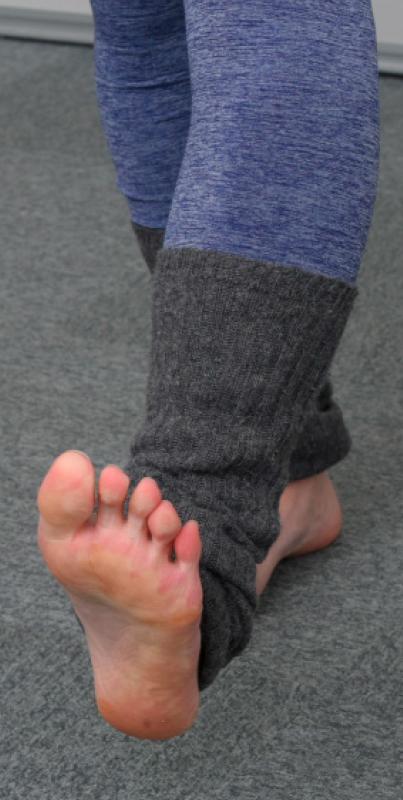 立ったまま足首を前後に曲げ反らした足元写真