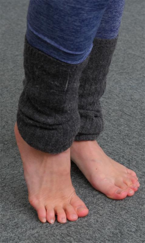 片足だけつま先立ちした足元写真