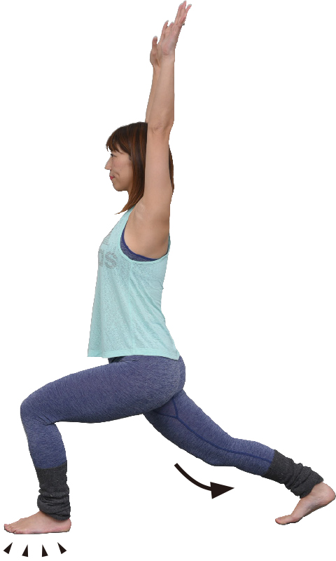 両手を上げ、左足で踏み込み、左足を後ろに大きく伸ばしたポーズをとる女性