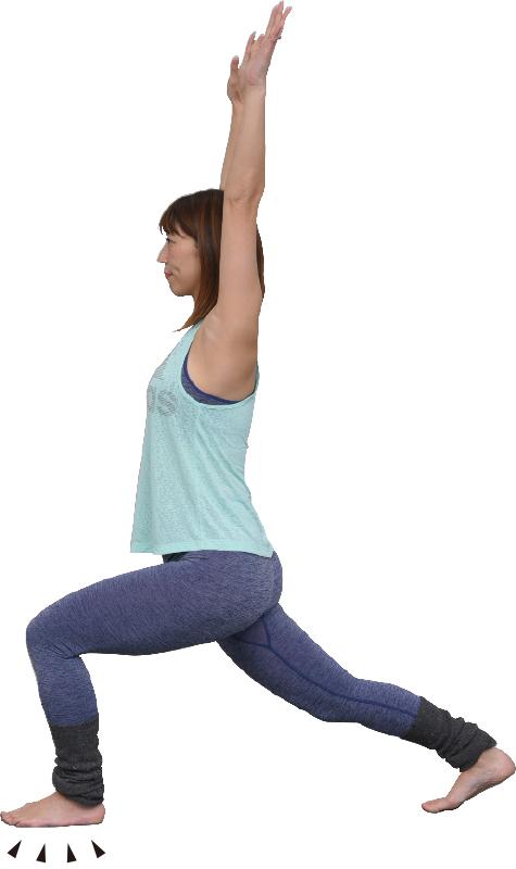 左足を前に踏み込み、右足を後ろに伸ばし、両手を挙げた女性
