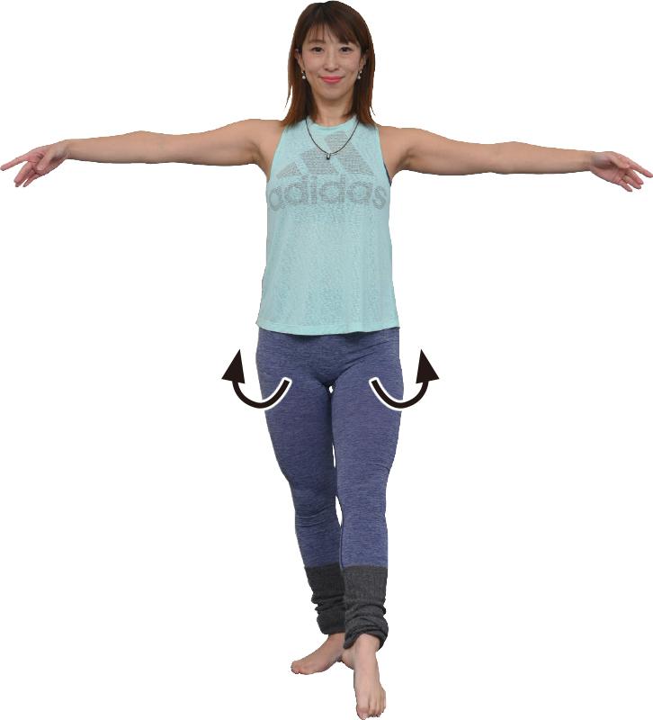 左足を前に出し、両手を横に伸ばした女性