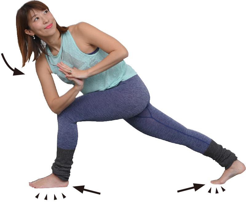左右の足を前後に開き、上体をひねり、前側のももでひじを支える女性