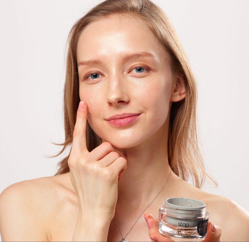アーリーバード『トライポーラ式RF+DMA美顔器 STOP V』のクリームを顔に塗っている女性