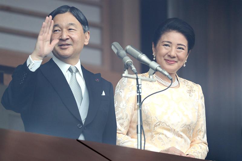 笑顔でお手振りされる天皇陛下と雅子さま