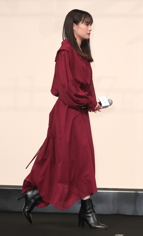 ボルドー色のワンピースを着た広瀬すず