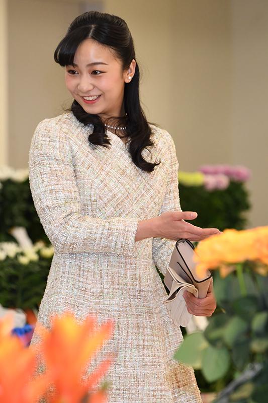 美しい花を前に笑顔の佳子さま