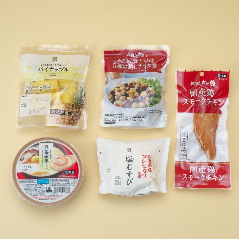 セブンイレブンのパインアップル115gと塩むずびと茶碗蒸しとファミリーマートの5種の蒸しサラダ豆と国産鶏スモークチキン