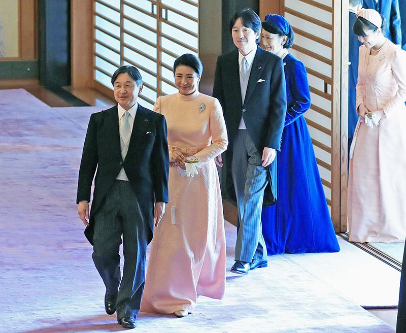 祝賀会の会場に天皇陛下、雅子さま、秋篠宮さま、紀子さま、眞子さまが並んで入られている