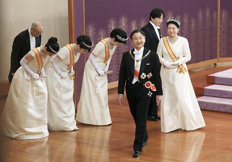 新年祝賀の儀に参列されていた天皇陛下と雅子さま、秋篠宮紀子さま、眞子さま、佳子さまが退席される両陛下をお見送りをされている
