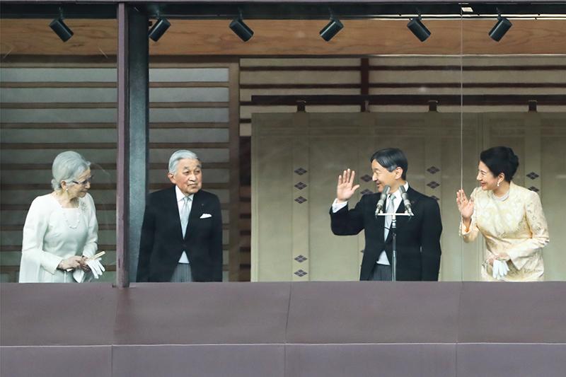 上皇上皇后両陛下、天皇皇后両陛下が笑顔を交わしていらっしゃる