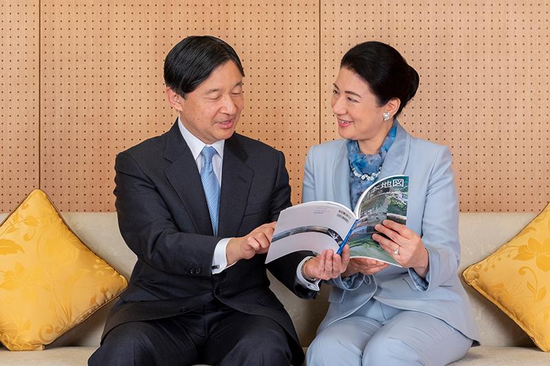 天皇皇后両陛下が水関連の本を手にしてお話をされている