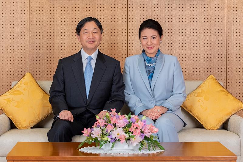 天皇陛下と雅子さまがソファに座り、笑顔並んでいらっしゃる。で