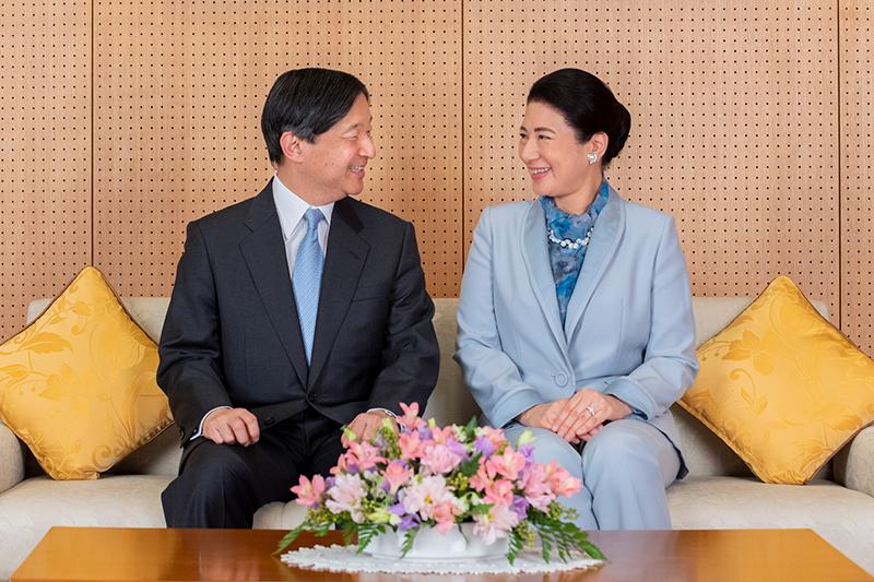 両陛下が見つめ合いながら微笑んでいらっしゃる