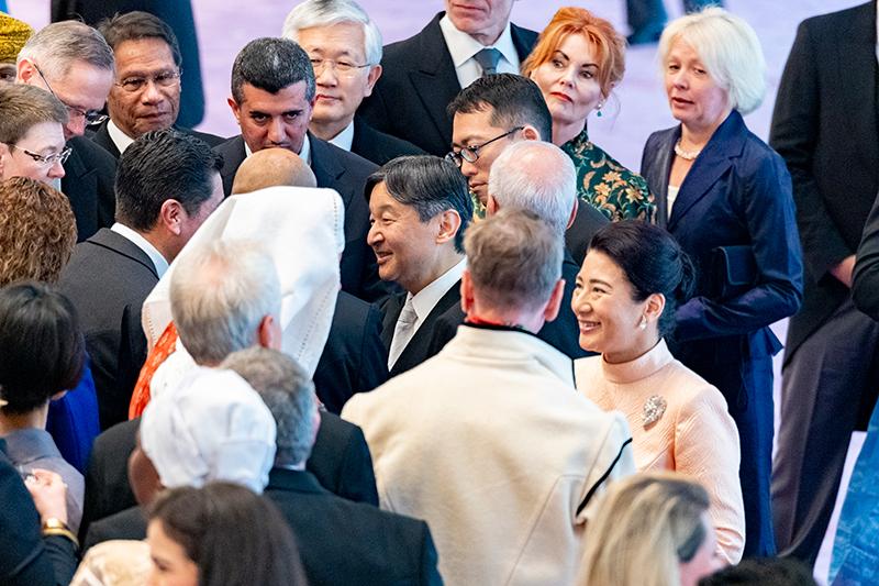 駐日大使と笑顔でお話しをされる天皇陛下と皇后陛下。