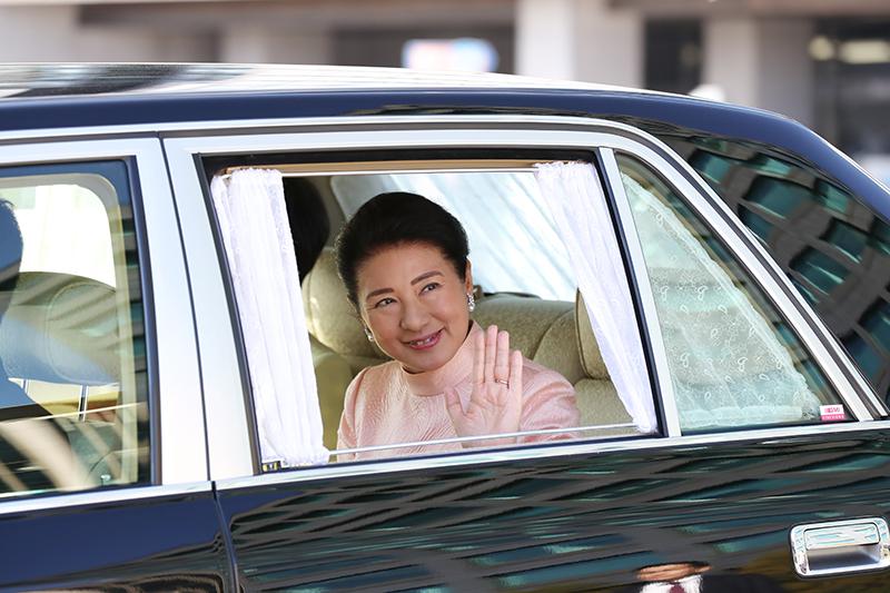 雅子さまが車に乗って窓を開けて手を振っていらっしゃる