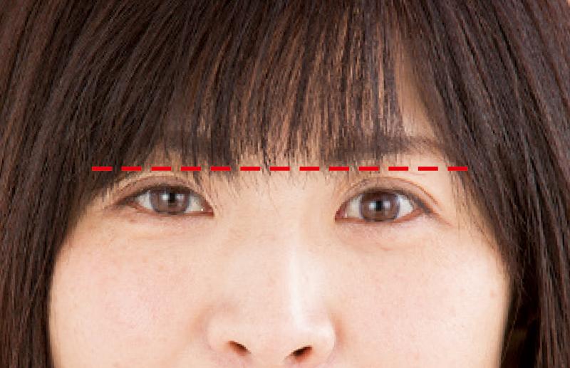 前髪の長さが目と眉毛の間くらいの女性