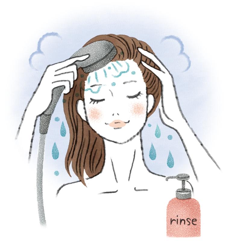 シャワーでリンスをしっかり流している女性