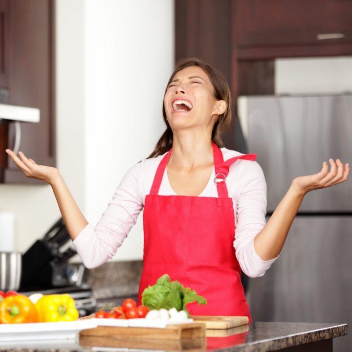 キッチンで嘆く女性