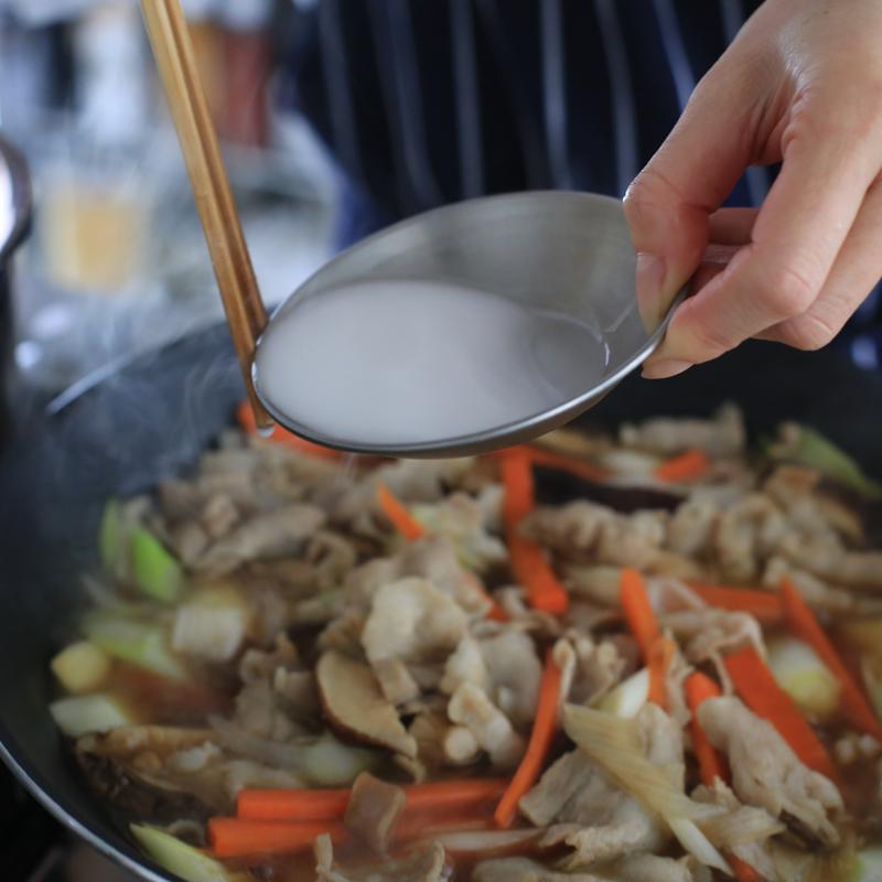「小松菜あんかけ丼」をフライパンで作っている