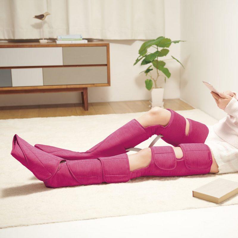 エアーマッサージャー レッグリフレ EW-RA99を脚に装着して自宅でくつろぐ女性