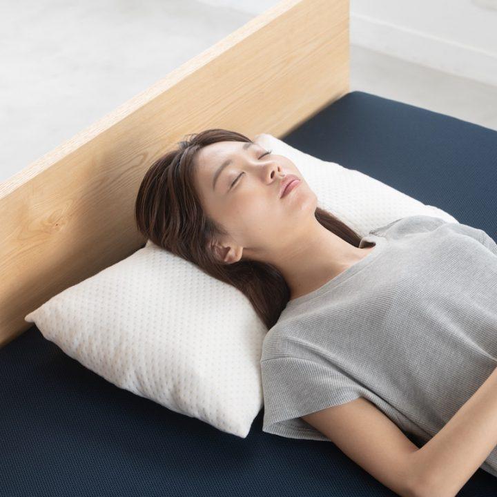 『THE MAKURA』を使って寝ている女性