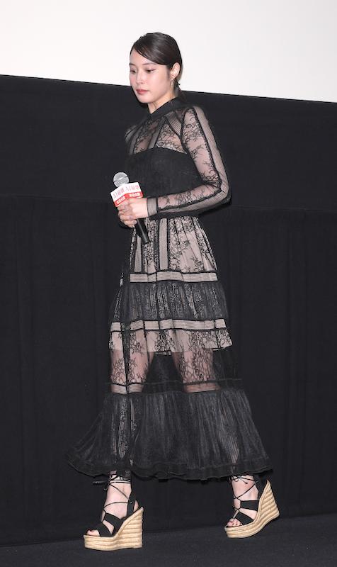 透け素材の黒ワンピース姿の広瀬アリス