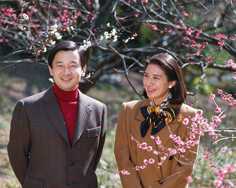 梅の花を微笑みながらご覧になる天皇陛下と雅子さま