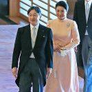 祝賀会の会場に天皇陛下、雅子さまが並んで入られている