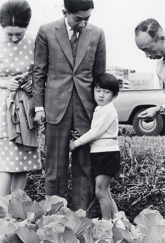 上皇陛下の足にしがみついている幼いころの天皇陛下