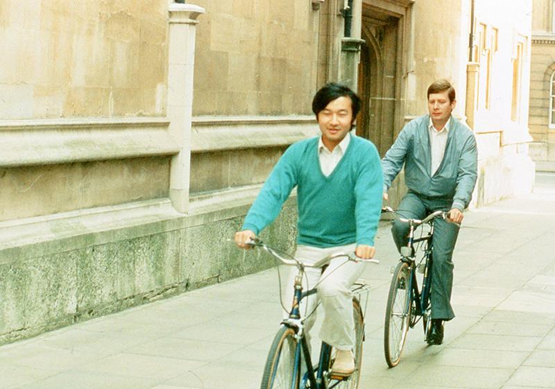 イギリスの街を自転車で走られる天皇陛下とご学友