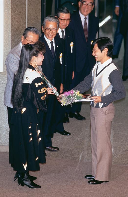 天皇陛下が柏原芳恵さんと握手を交わしている
