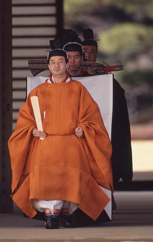 衣装をまとい立太子の礼の儀式を行う皇太子時代の天皇陛下