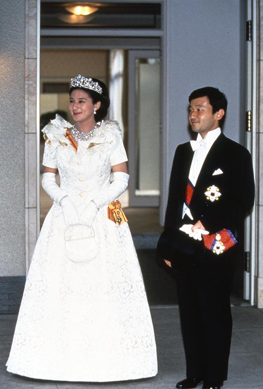 ご成婚の儀を行われタキシードとドレス姿の天皇陛下と雅子さま