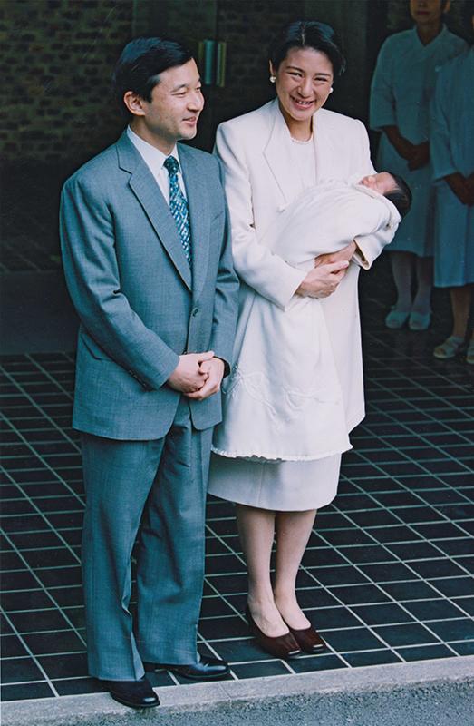 天皇陛下と、ご出産後に愛子さまを抱かれる雅子さま