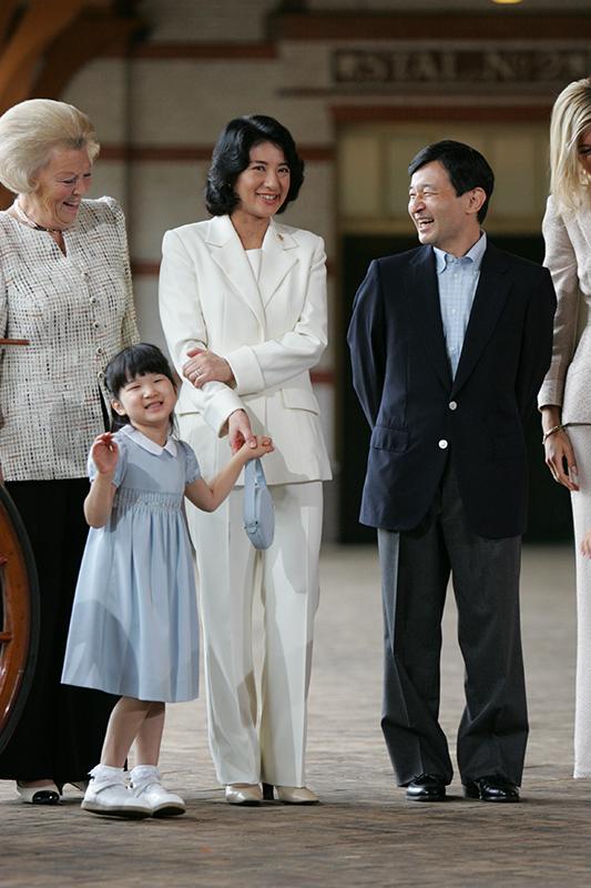 オランダ王室の方々と談笑される天皇陛下と雅子さま、お手振りをされる愛子さま