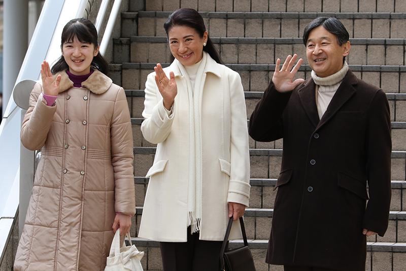 長野で歓迎され、お手振りをされる天皇陛下、雅子さま、愛子さま