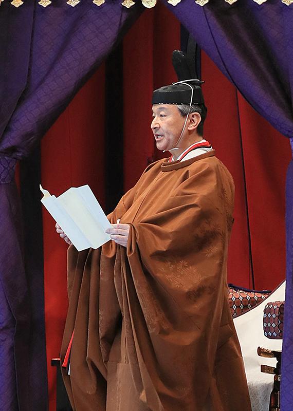 即位の礼で高御座で宣明を行う天皇陛下