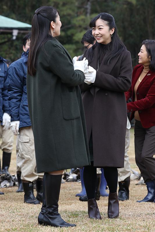 眞子さまと佳子さまが顔を見合わせながら笑顔で手を叩いていらっしゃる