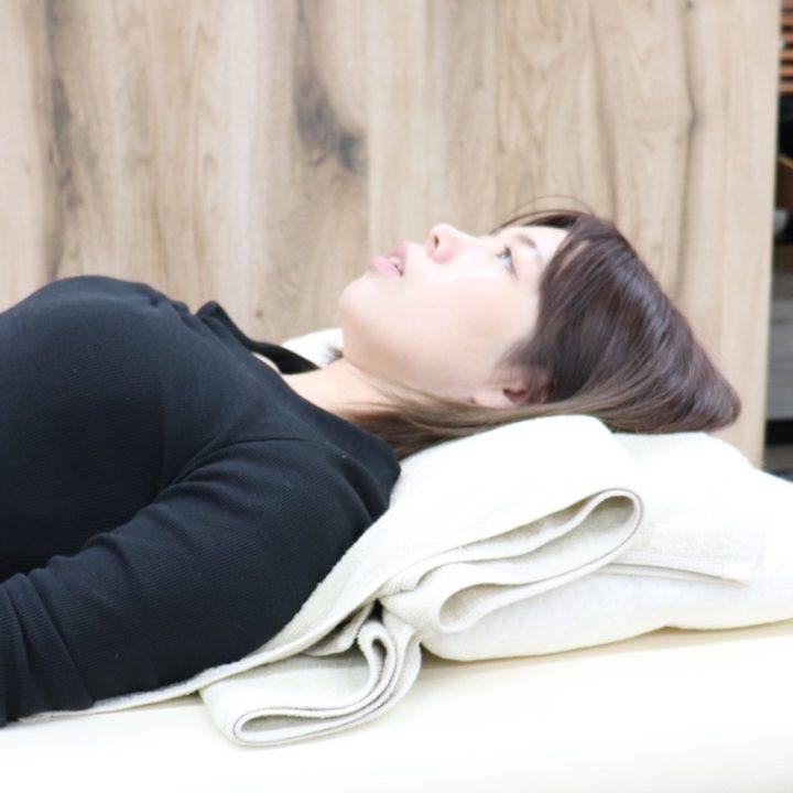 枕をバスタオルでカスタムした様子