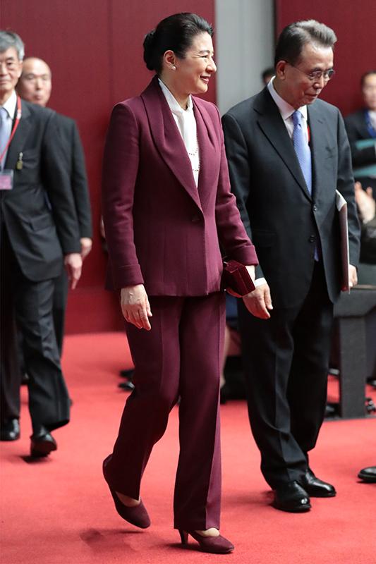 ワインカラーのパンツスーツをお召しになった雅子さま。