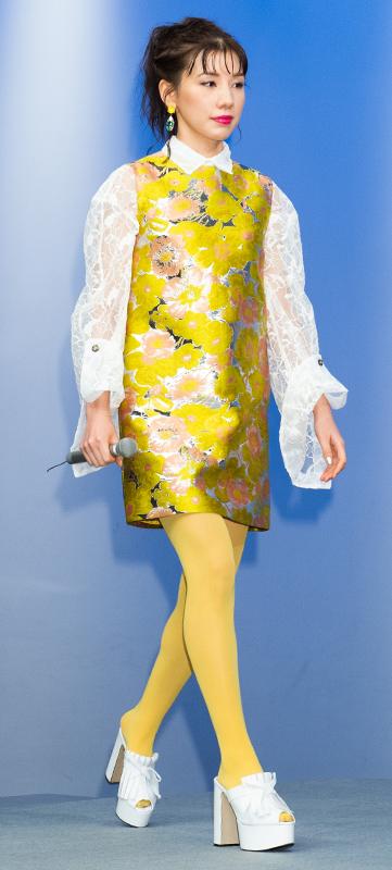 仲里依紗が花柄の黄色いワンピースの下に白いレースのブラウス、黄色いタイツを履いている