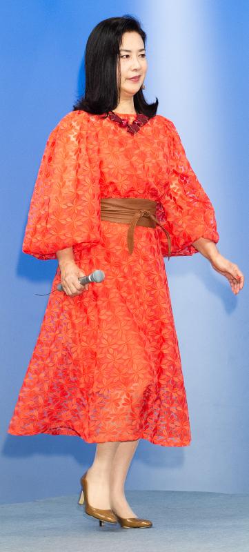 名取裕子が鮮やかなオレンジ色のレース地パフワンピースを着ている