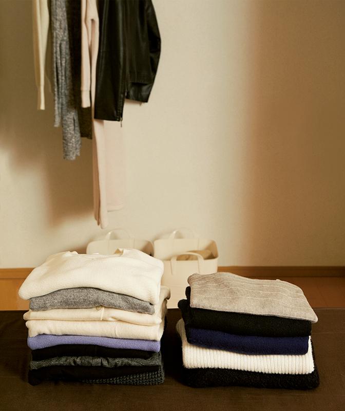 セーターなどがクローゼットに畳んで置かれている