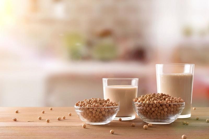 テーブルの上にのった、グラスに入った大豆と豆乳