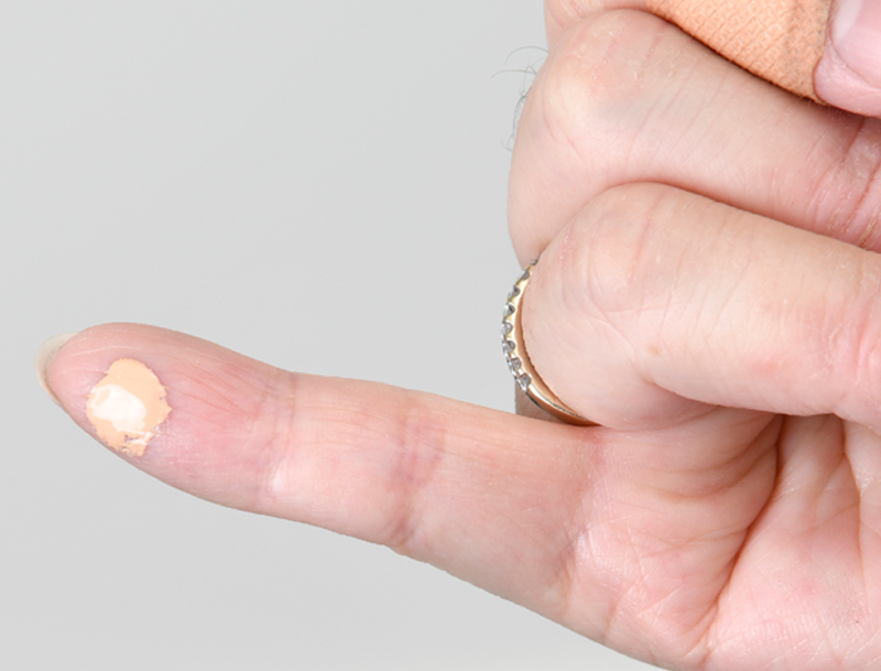 BBクリームを少量のせた小指の画像