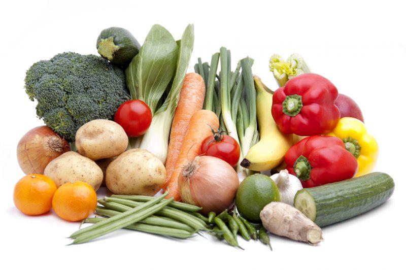 玉ねぎやバナナなど食物繊維を多く含む野菜やフルーツが並んでいる