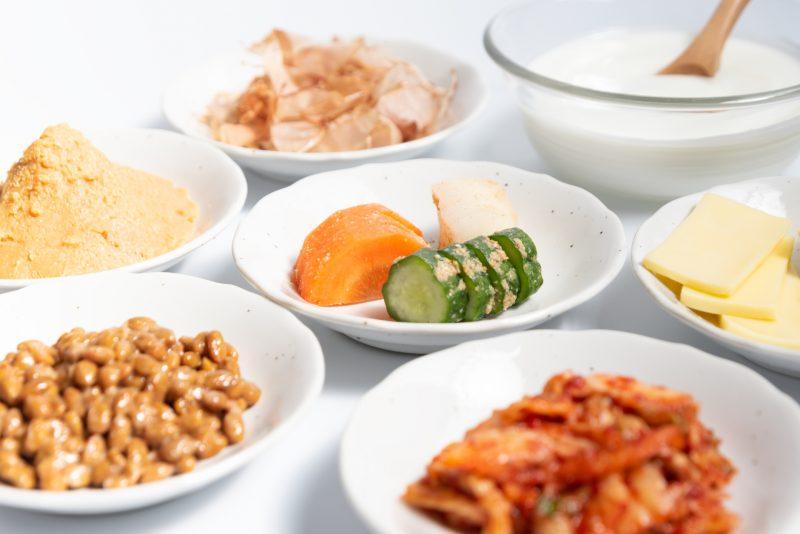 ヨーグルトやみそ、ぬか漬けなど発酵食品が並んでいる