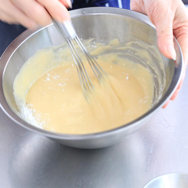 「水切りヨーグルトケーキ」の材料を混ぜている