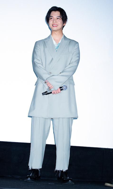 ブルーグレーのスーツを着る千葉雄大